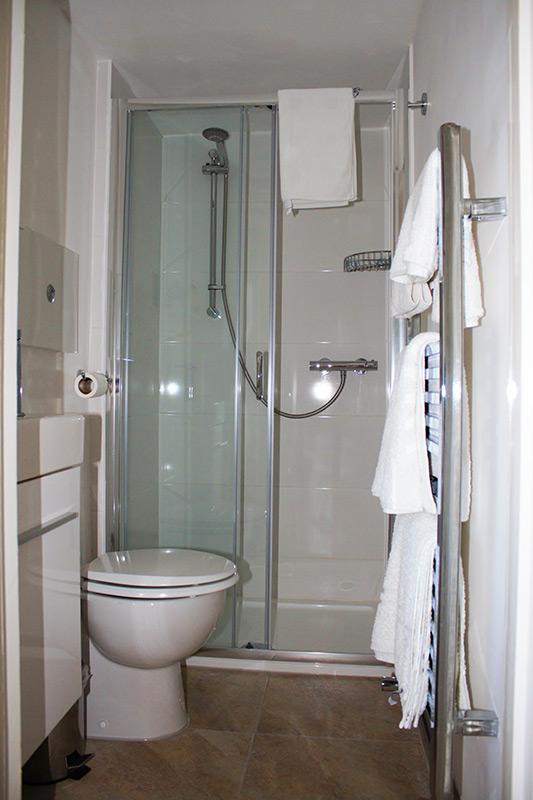 Bedroom-6-en-suit-(2)